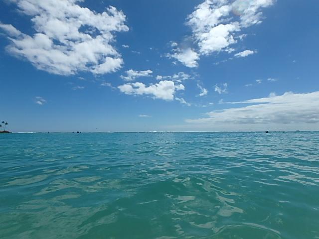 アラモアナビーチの澄んだ海