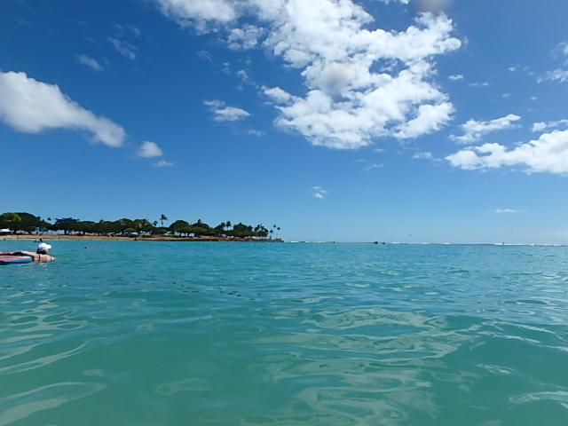 アラモアナビーチの海