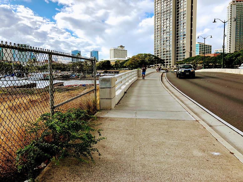 アラモアナ・ブルーバードの橋
